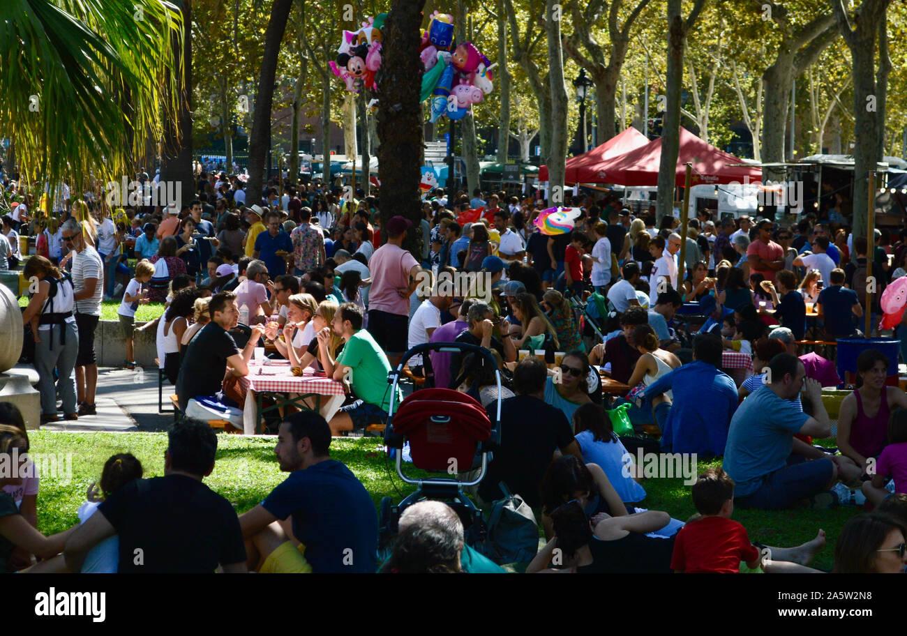 People hanging out at Parc Ciutadella durant la Merce 2019 à Barcelone, Espagne Banque D'Images