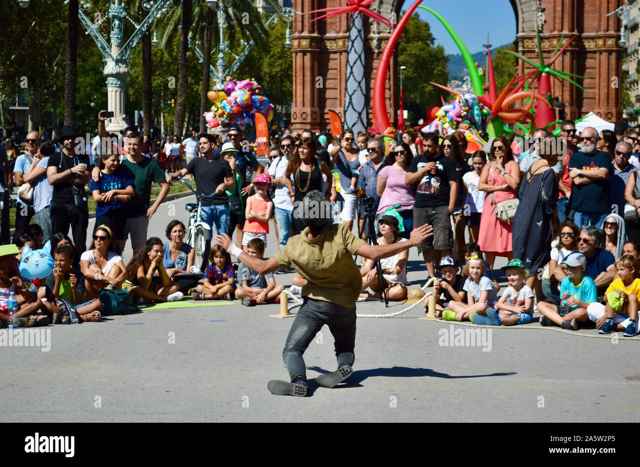 Les gens qui regardent un spectacle de deux hommes à Ciutadella Park pendant la Merce 2019 à Barcelone, Espagne Banque D'Images