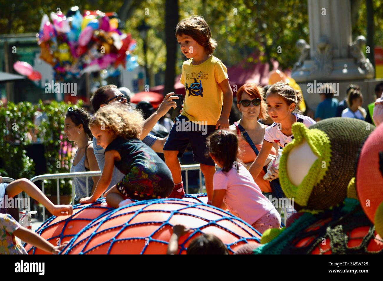 Les enfants jouent au parc Ciutadella durant la Merce 2019 à Barcelone, Espagne Banque D'Images