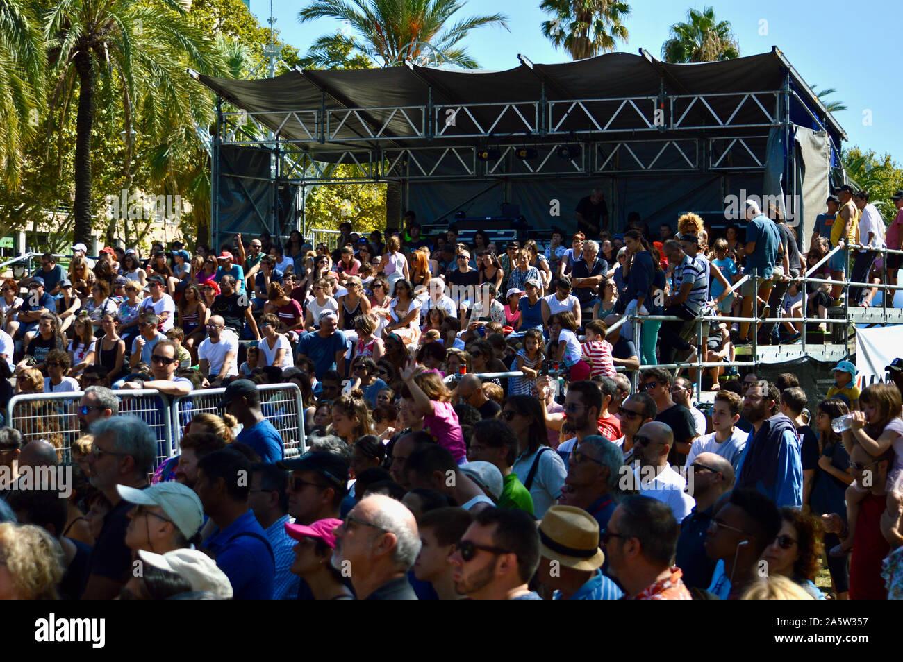 Les spectateurs à regarder un spectacle au parc de la Ciutadella durant la Merce 2019 à Barcelone, Espagne Banque D'Images