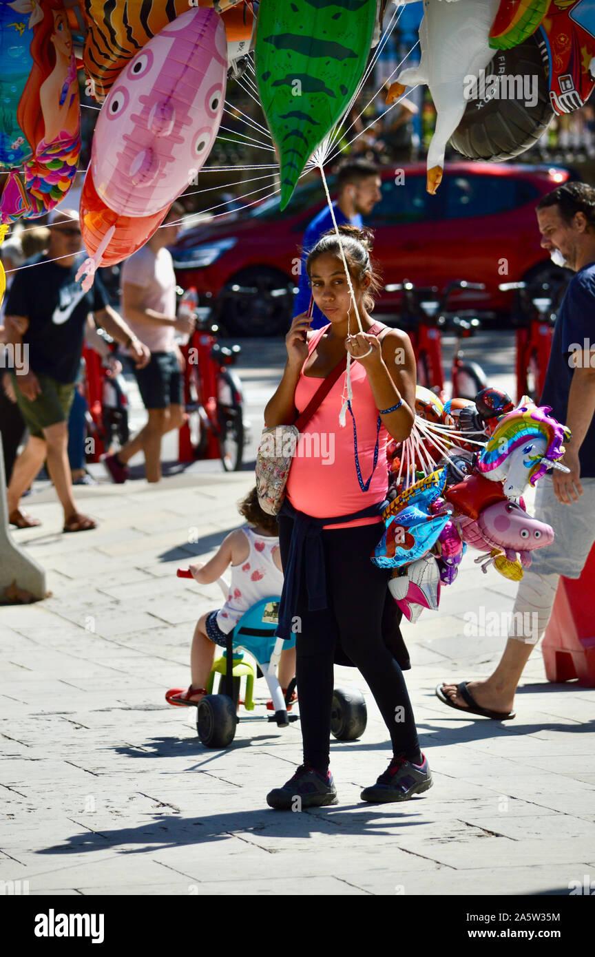 A woman holding balloons at Parc Ciutadella durant la Merce 2019 à Barcelone, Espagne Banque D'Images