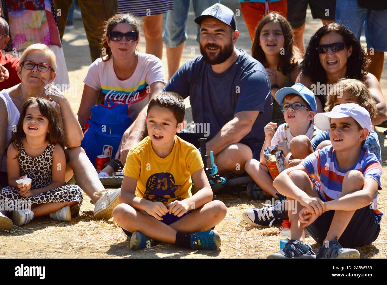 Les enfants de regarder un artiste de rue au Parc de la Ciutadella durant la Merce 2019 à Barcelone, Espagne Banque D'Images