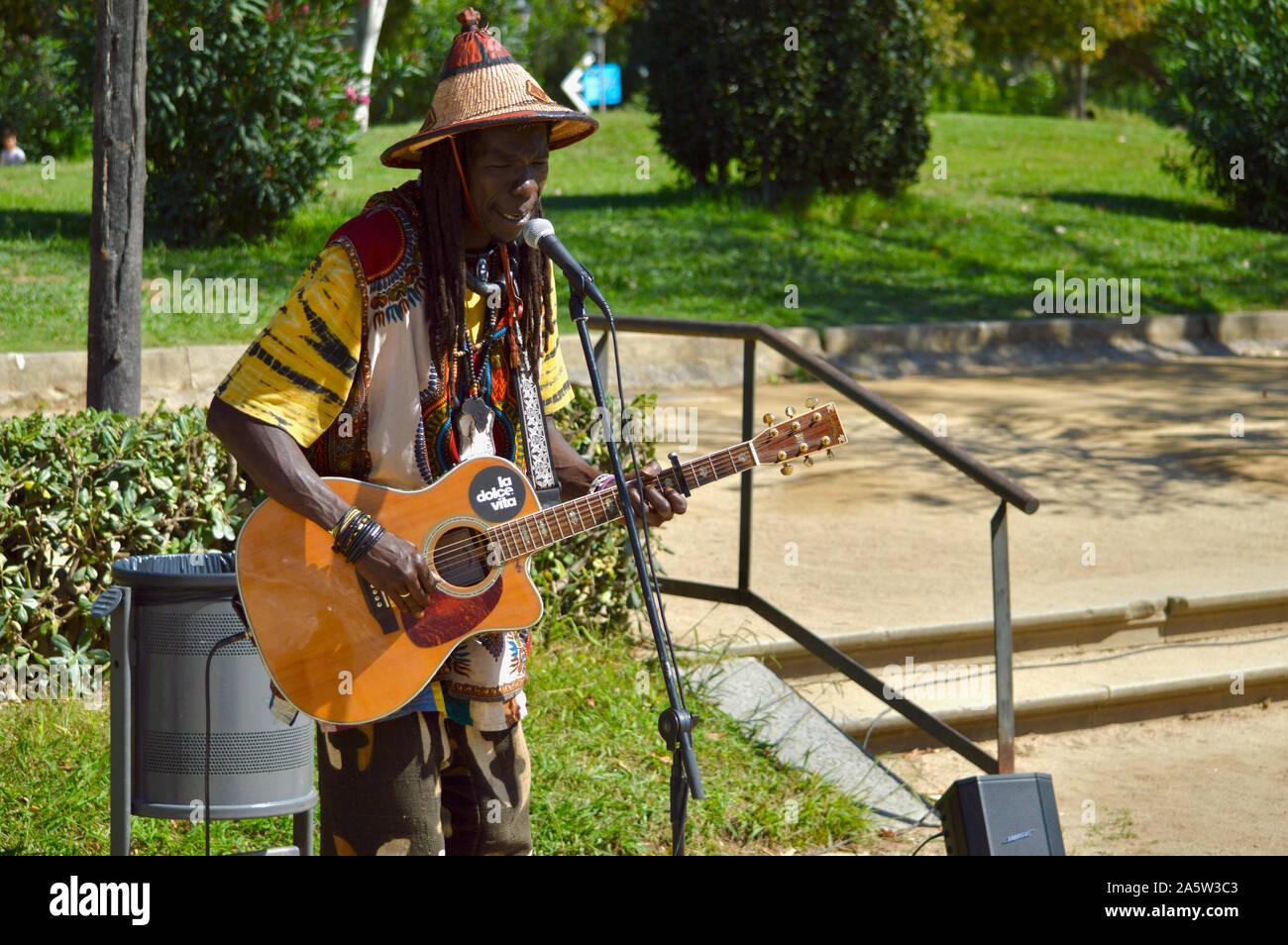 Un musicien ambulant jouant de la guitare dans le parc de la Citadelle au cours de la Merce 2019 à Barcelone, Espagne Banque D'Images