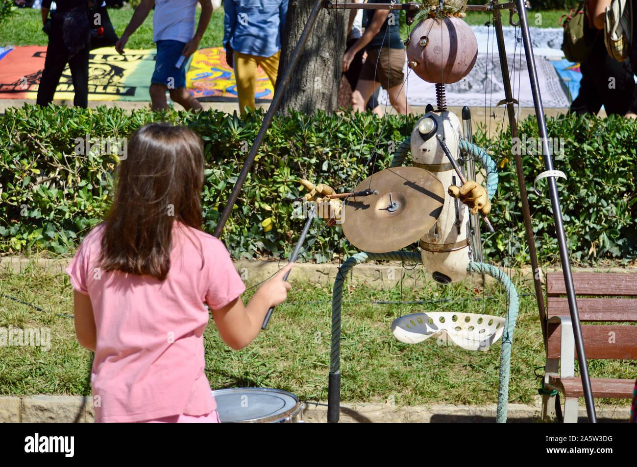 Un enfant jouant avec une marionnette à Ciutadella Park pendant la Merce 2019 à Barcelone, Espagne Banque D'Images