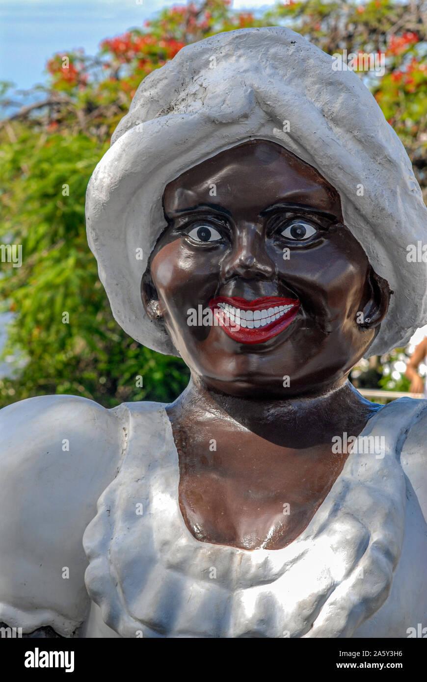 Figure énorme d'une femme bahreïenne en vêtements traditionnels dans la vieille ville de Pelourinho, Salvador de Bahia, Brésil Banque D'Images