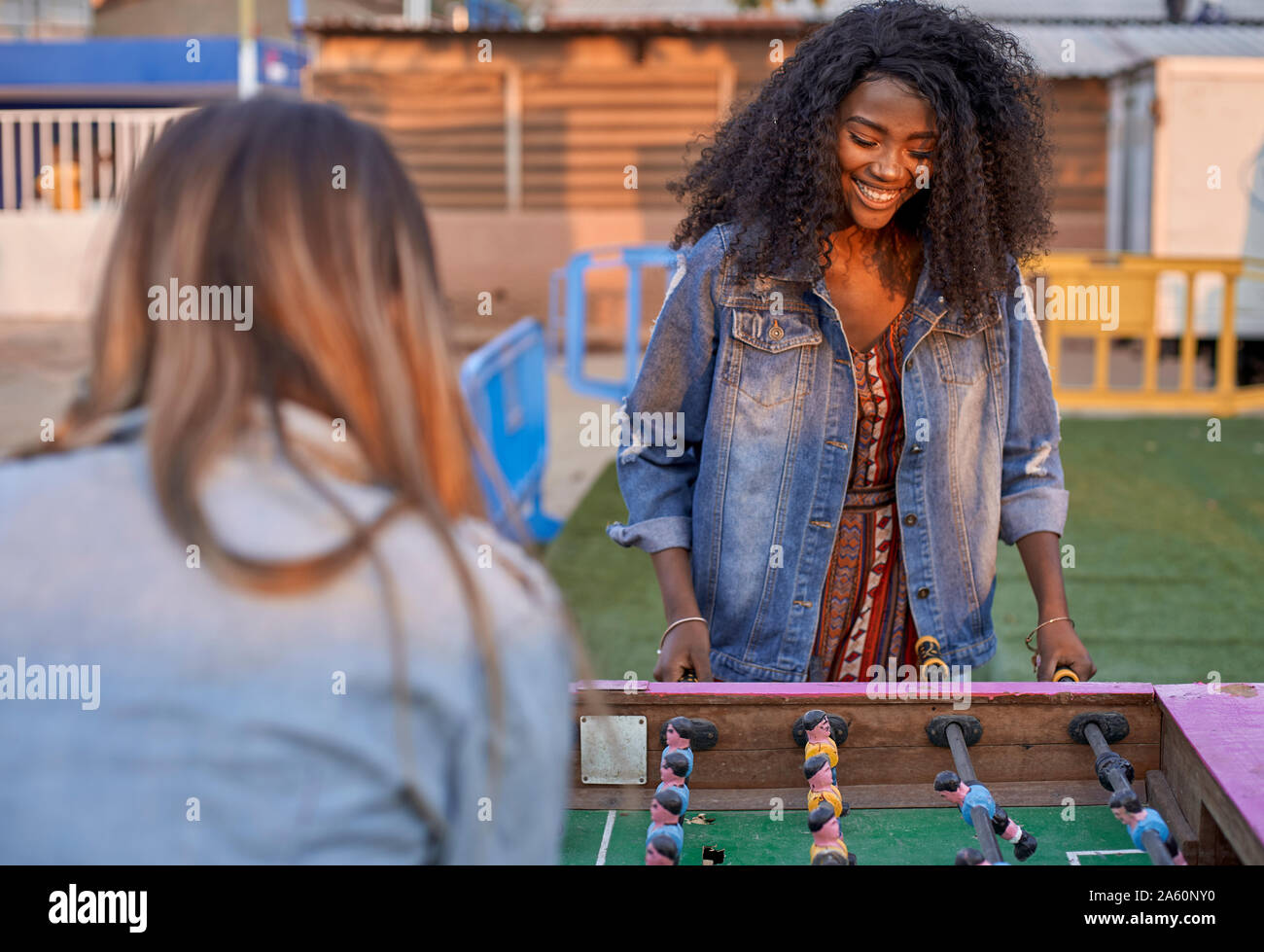 Portrait of happy young woman playing table football avec son amie Banque D'Images