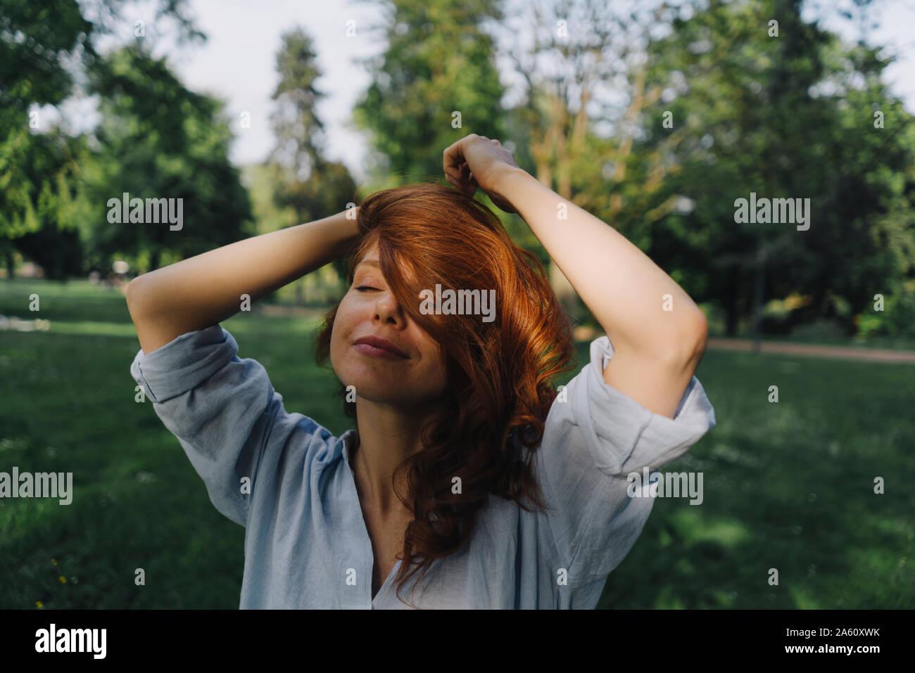Portrait de femme rousse dans un parc Banque D'Images