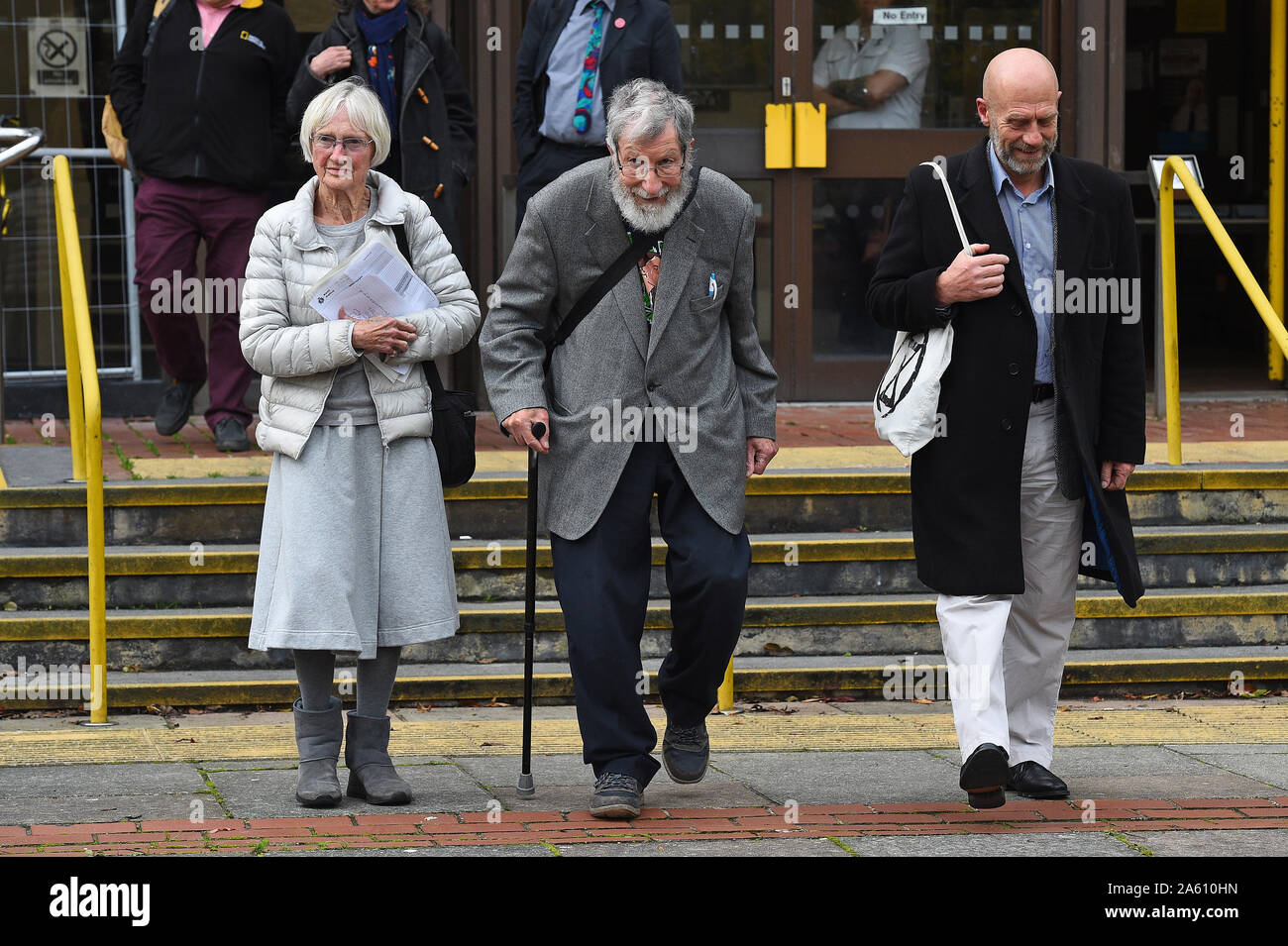 (De gauche à droite) l'extinction des militants rébellion Ursula Pethick, 83, John Alexander Lynes, 91, et John Halladay, 61, laisser Coquelles Magistrates Court dans le Kent, à la suite d'un blocage du port de Douvres, le mois dernier. Banque D'Images