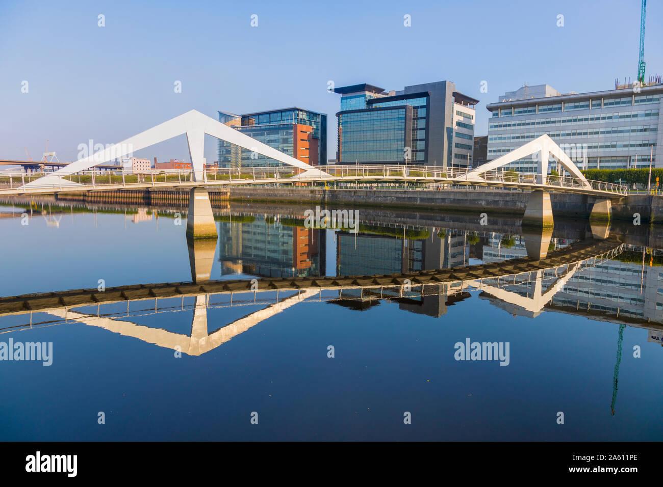 Tradeston (Squiggly) Pont, Quartier international de services financiers, Clyde, Glasgow, Ecosse, Royaume-Uni, Europe Banque D'Images