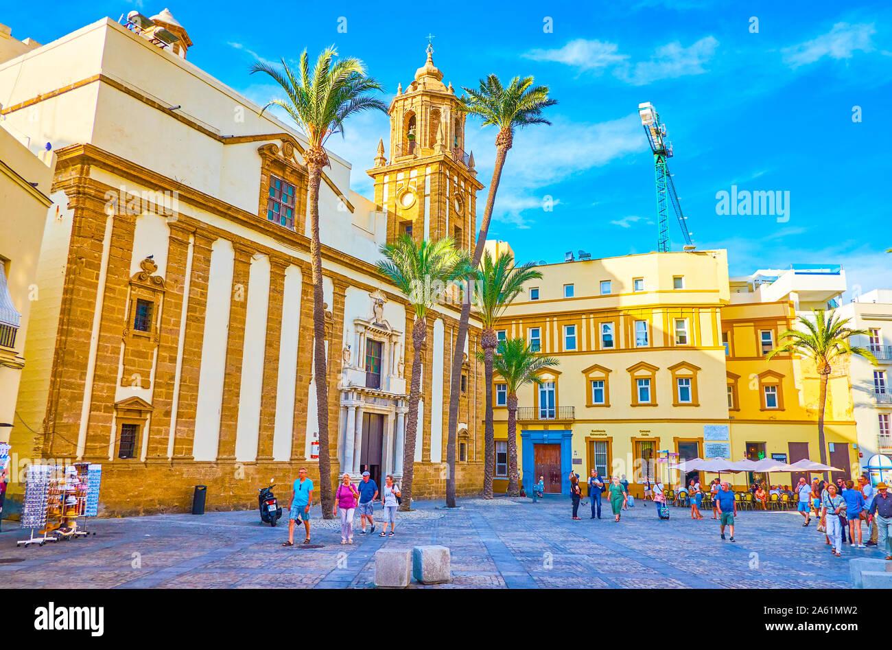 Cadix, Espagne - 19 septembre 2019: la belle architecture des bâtiments andalous sur la Plaza de la Catedral avec de magnifiques murs de Santiago C Banque D'Images