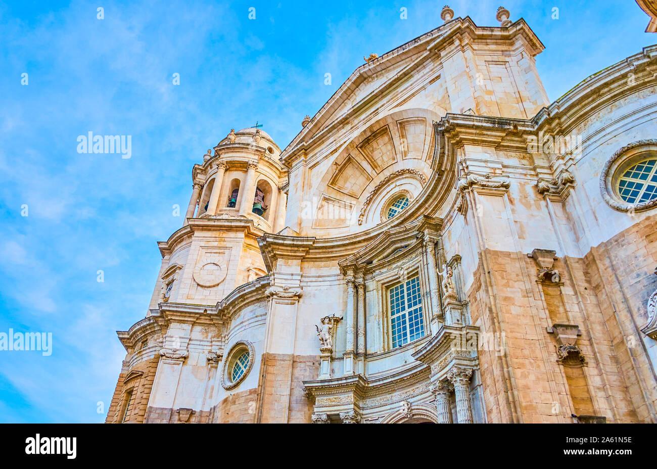 Magnifique façade en pierre de la Cathédrale de Cadix avec porche de forme convexe unique avec decorsative cerved sculptures et éléments, Espagne Banque D'Images