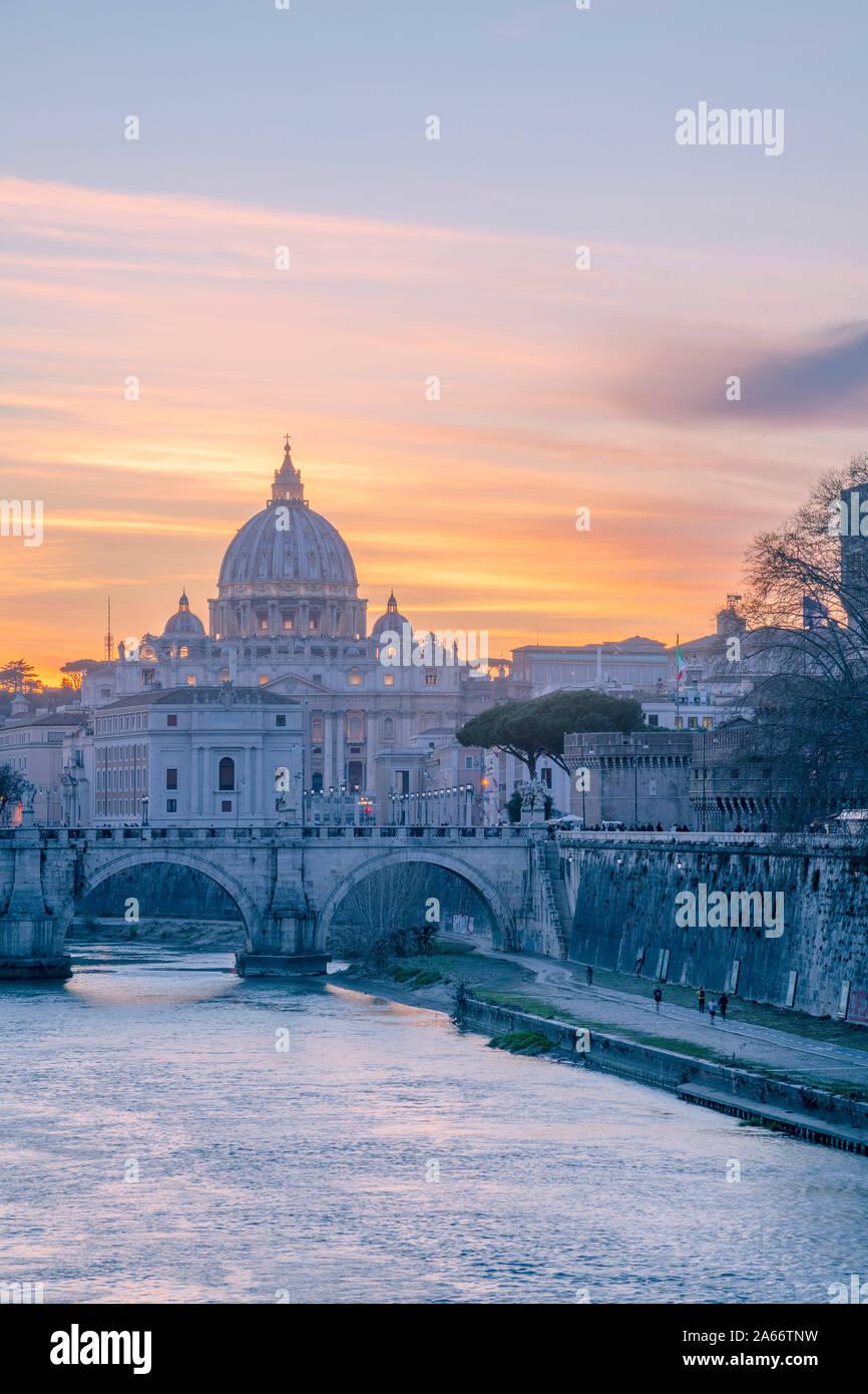 L'Italie, Lazio, Rome, Tibre, la Basilique Saint Pierre Banque D'Images