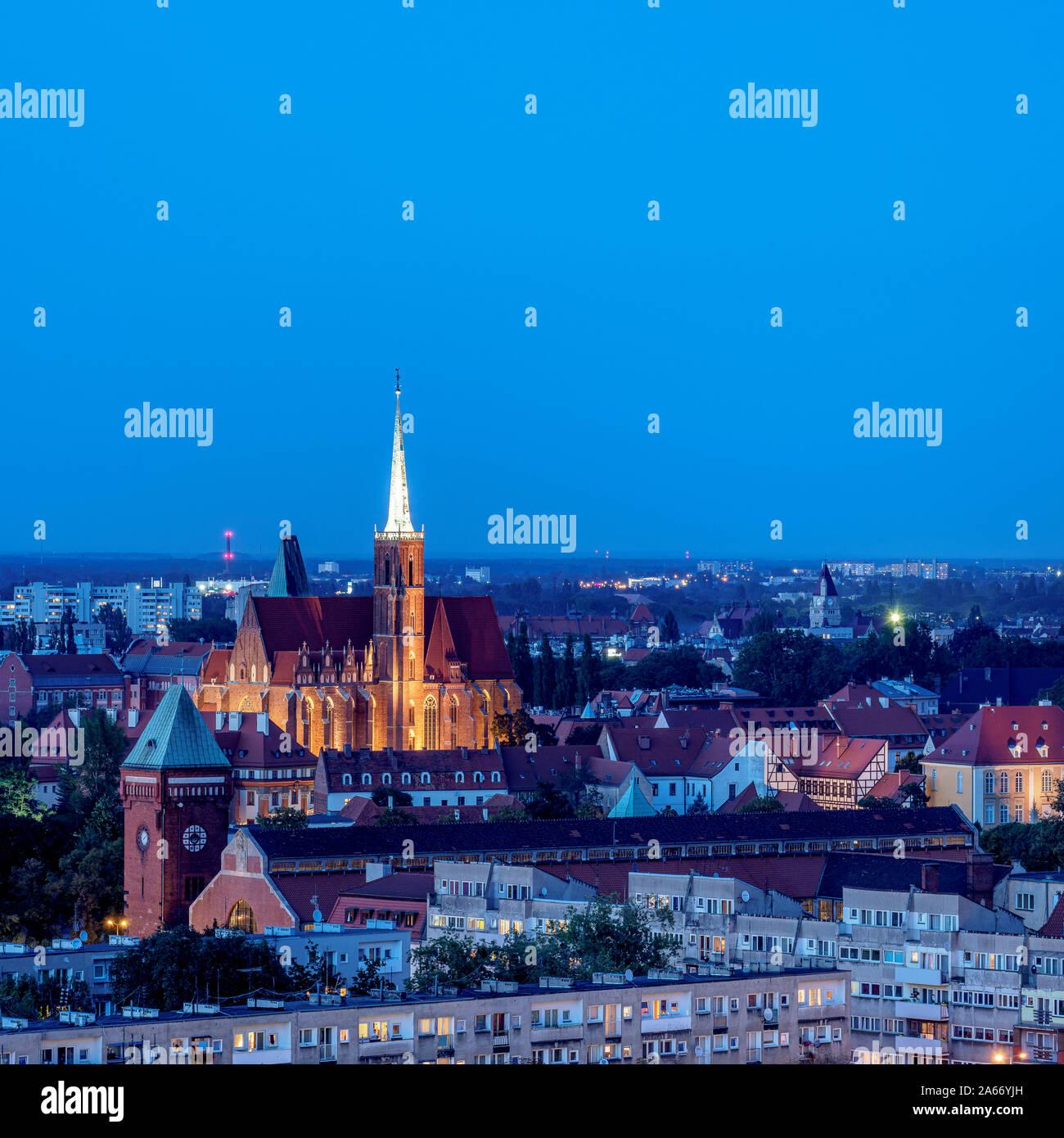 Vue élevée vers l'église Sainte Croix au crépuscule, Wroclaw, Basse-silésie, Pologne Banque D'Images