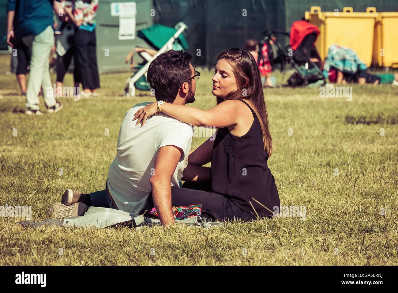 MADRID - SEP 7 : un couple qui pose dans l'herbe dans un concert au Dcode Music Festival le 7 septembre 2019 à Madrid, Espagne. Banque D'Images
