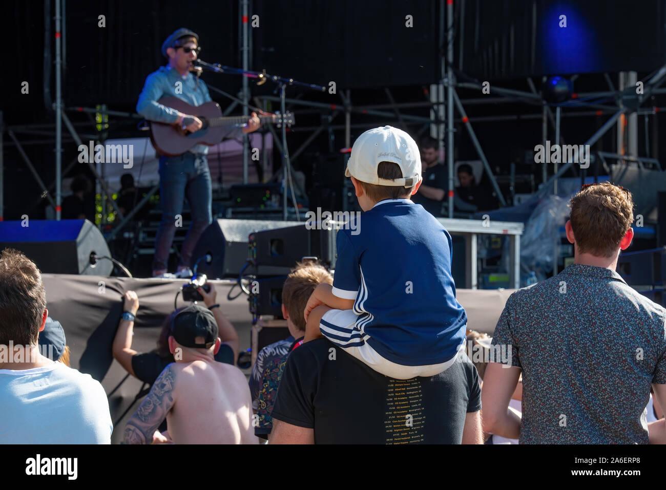 MADRID - SEP 7 : un enfant assis sur les épaules de son père dans un concert au Dcode Music Festival le 7 septembre 2019 à Madrid, Espagne. Banque D'Images