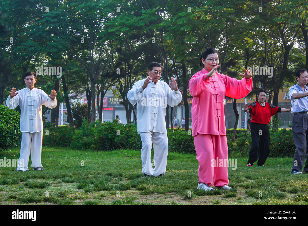 Groupe De Personnes Agees Personnes Agees Hommes Et Femmes L Exercice De Tai Chi Dans Le Parc Tot Le Matin Photo Stock Alamy