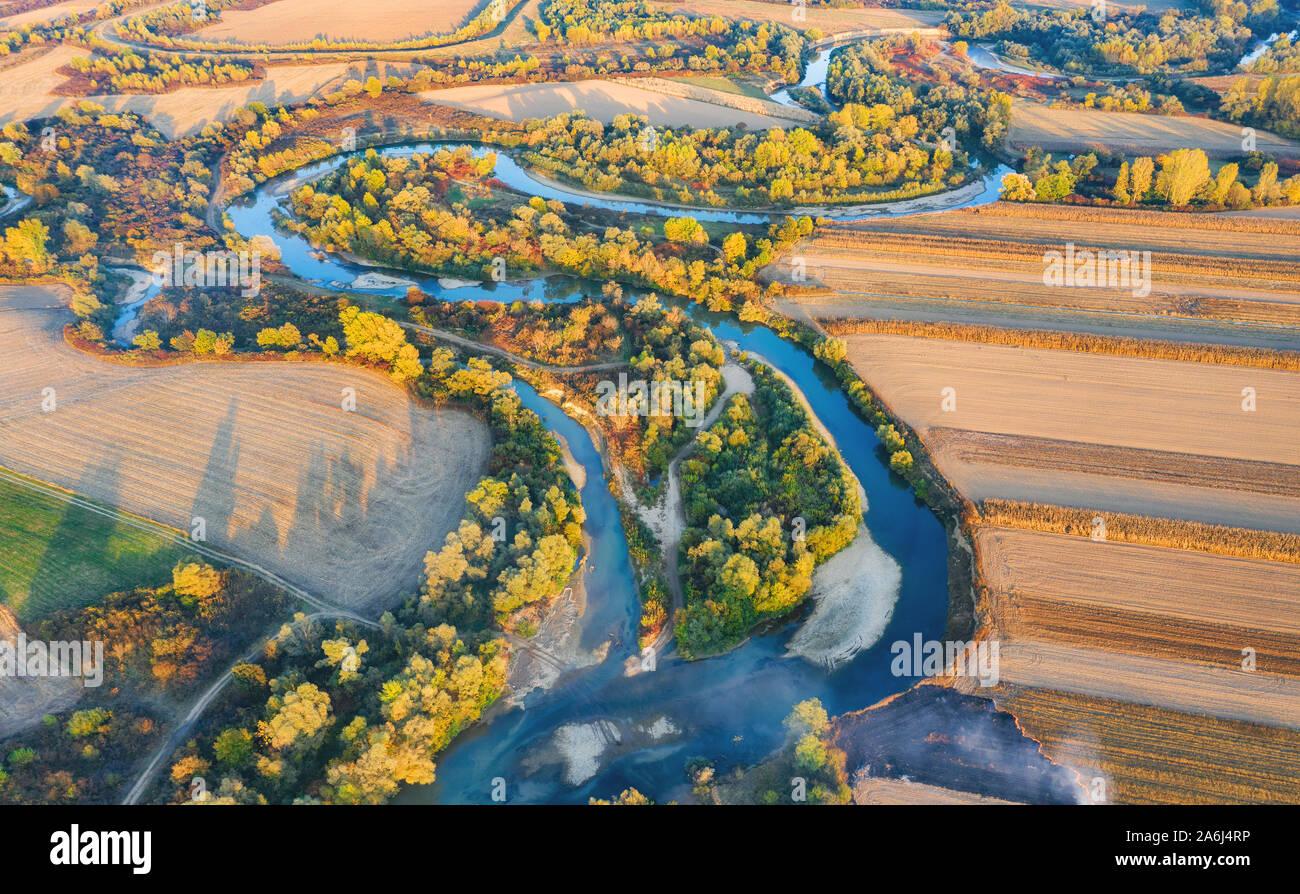 Vue aérienne de la rivière forme pendant l'automne Banque D'Images