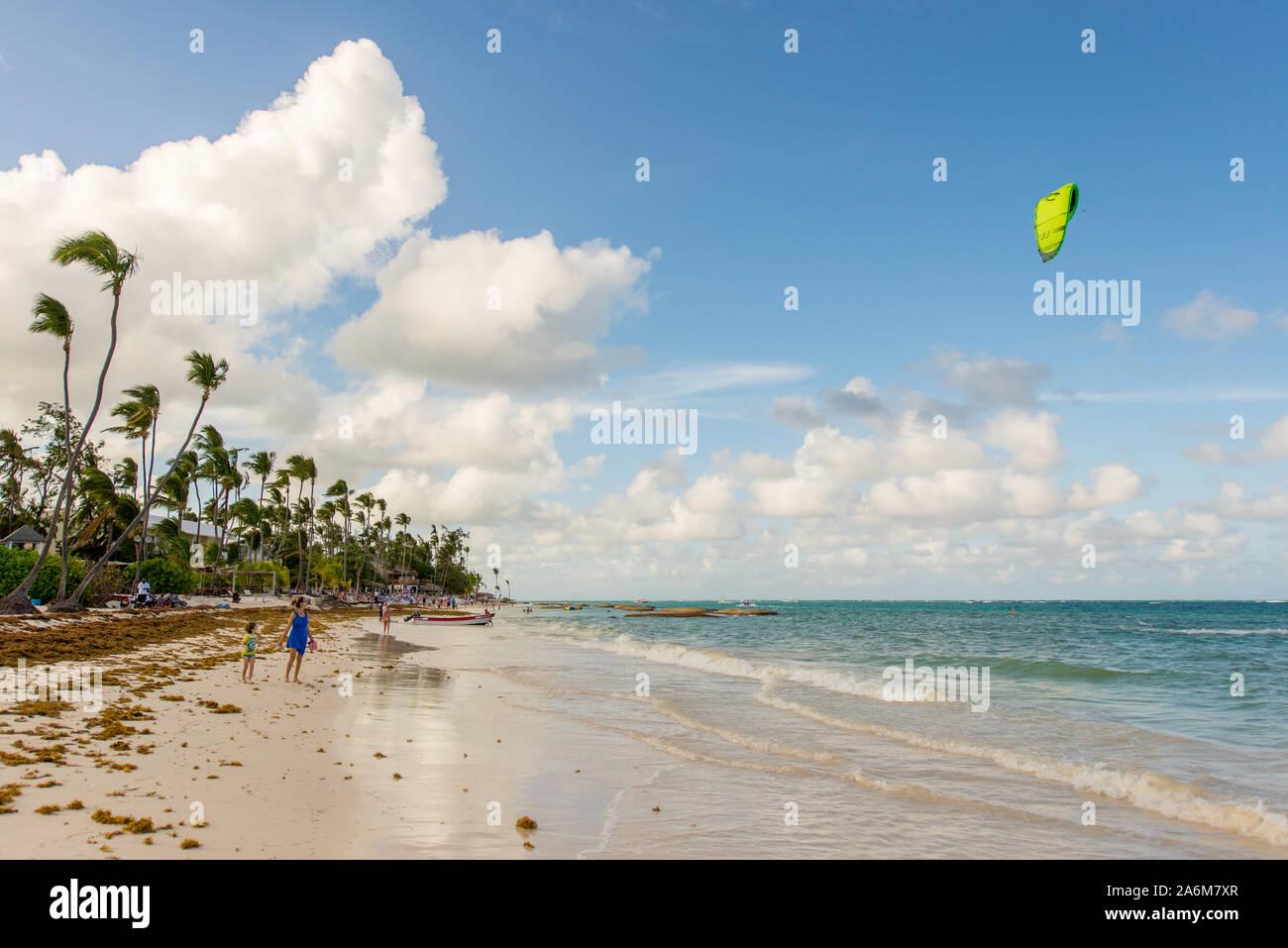 Punta Cana / République Dominicaine - 13 Avril 2014: paradis de vacances, un bateau dans la mer bleue Banque D'Images