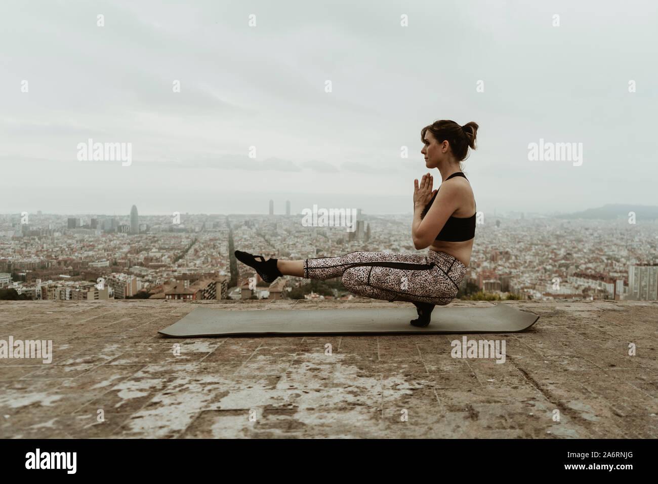 Young woman practicing yoga, asana, un pied sur le sol. Banque D'Images