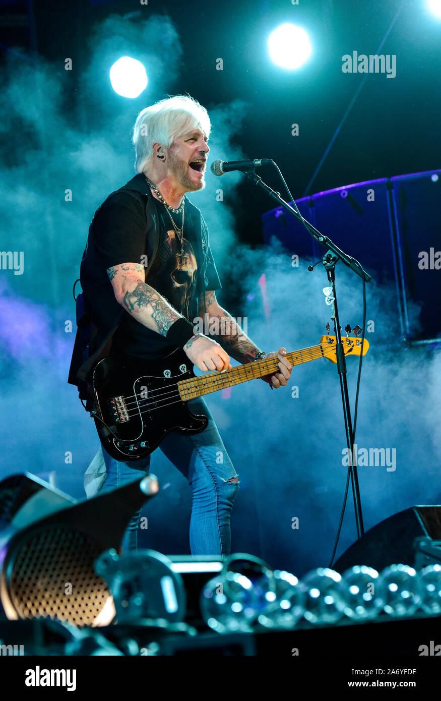 Eric Brittingham bassiste pour le Bret Michaels Band sur la scène du Festival 2019 Stagecoach Banque D'Images