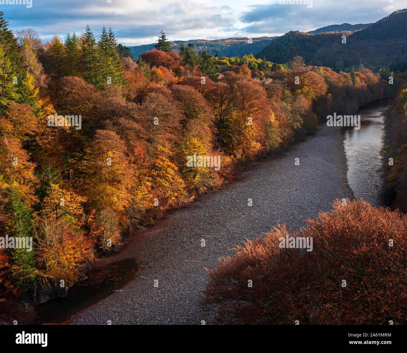 Couleurs d'automne sur la rivière Garry près de Pitlochry dans les Highlands écossais Banque D'Images