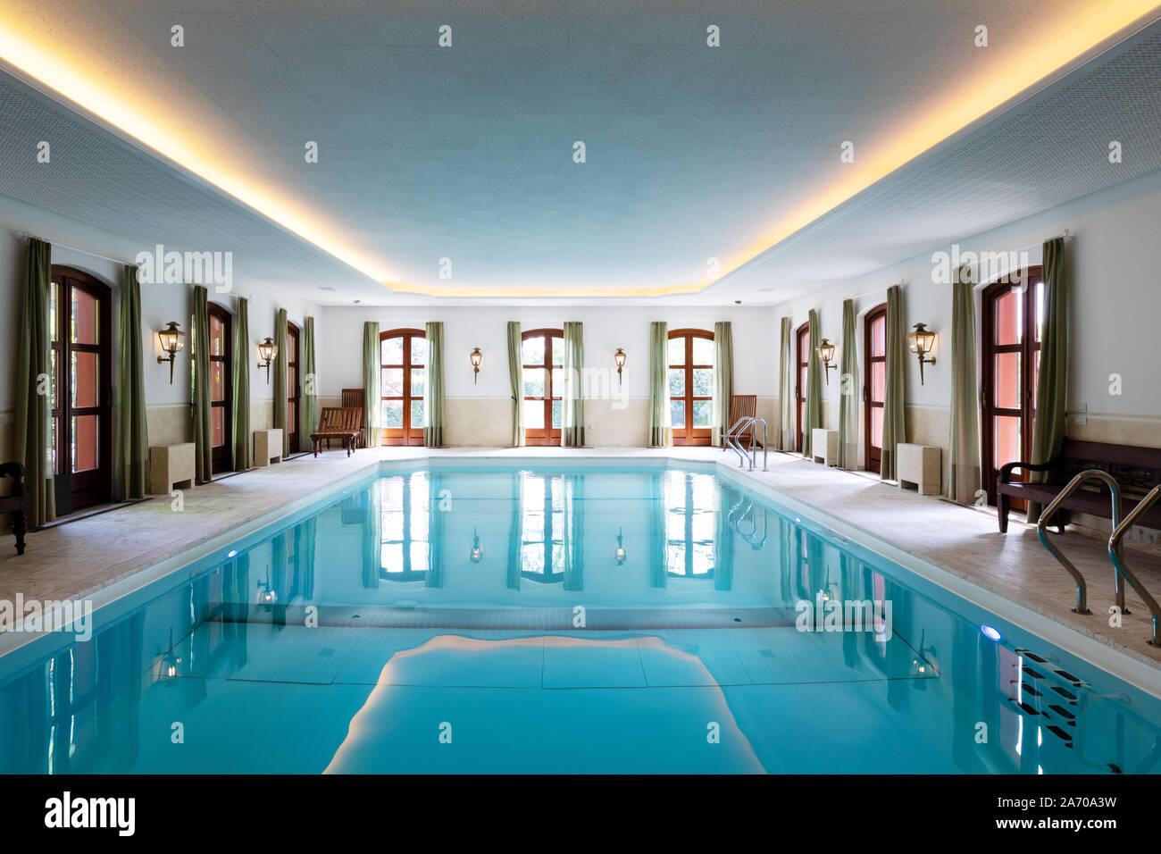 Piscine Interieure Dans Une Villa De Luxe Privee Personne A L