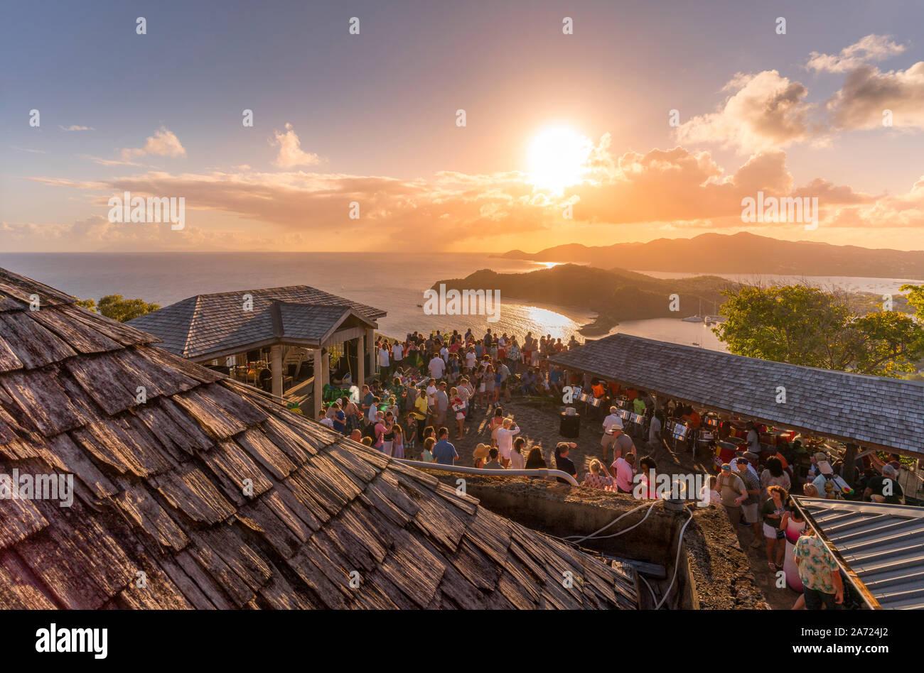 Les gens au cours de la célèbre Sunset party à Shirley Heights, Antigua, Antigua et Barbuda, Caraïbes, Antilles Banque D'Images