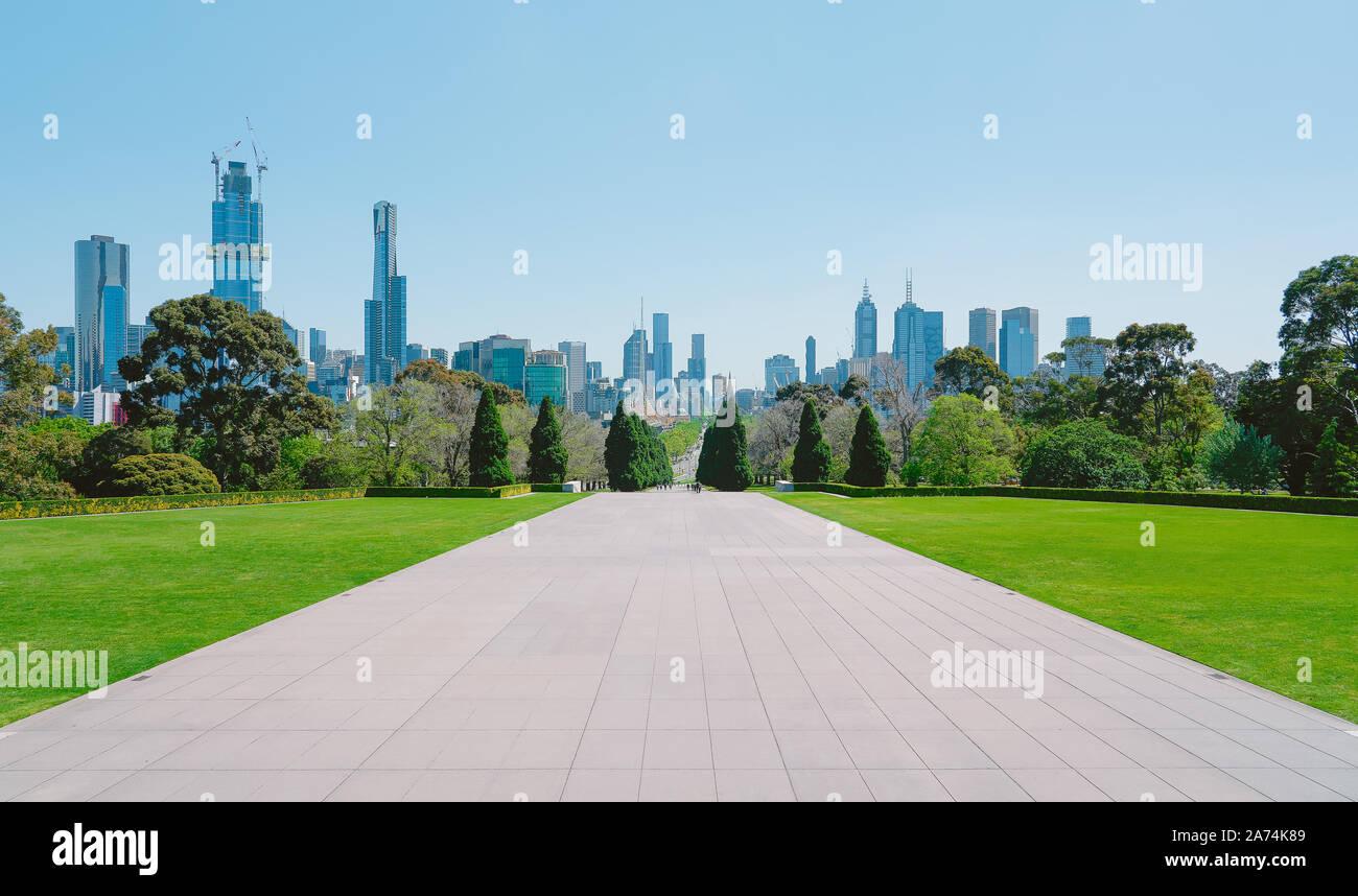 Melbourne cityscape view avec sol en ciment vides et herbe verte . Banque D'Images