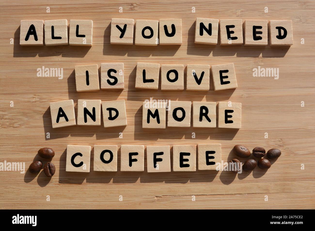 Tout ce qu'il vous faut, c'est l'amour et plus de café-. Mots en lettres de l'alphabet en bois 3d avec les grains de café sur un fond de bois de bambou Banque D'Images