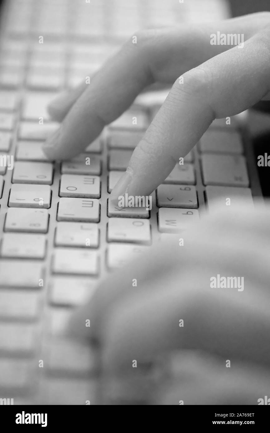 Mains d'une personne sur les touches du clavier de l'ordinateur lorsque vous travaillez avec des informations Banque D'Images