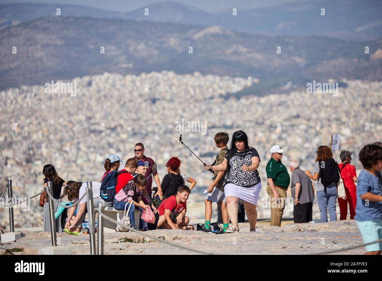 Athènes capitale de la Grèce vue du monument ruines du temple du Parthénon de l'acropole d'Athènes, situé au sommet d'une colline rocheuse, surplombant la ville d'Athènes Banque D'Images