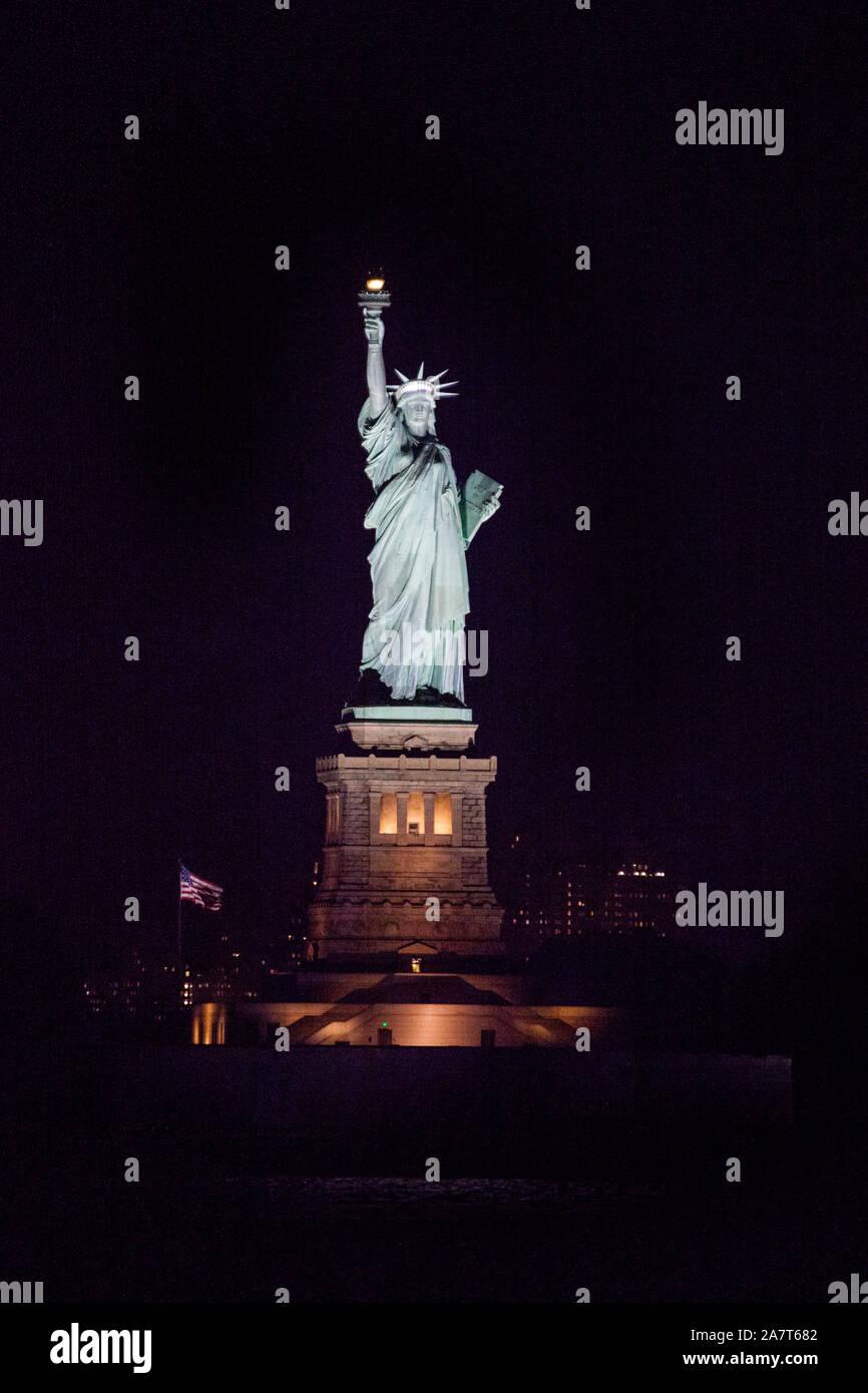Statue de la liberté dans la nuit de la photographie Staten Island Ferry, New York, États-Unis d'Amérique. Banque D'Images