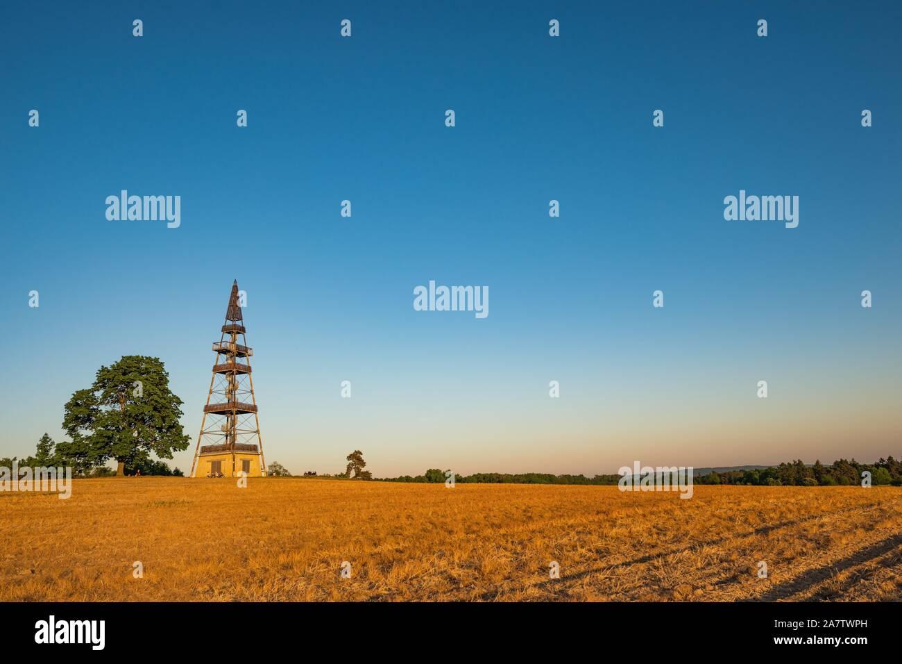 Cizovka Lookout Tower dans le Paradis tchèque. Banque D'Images