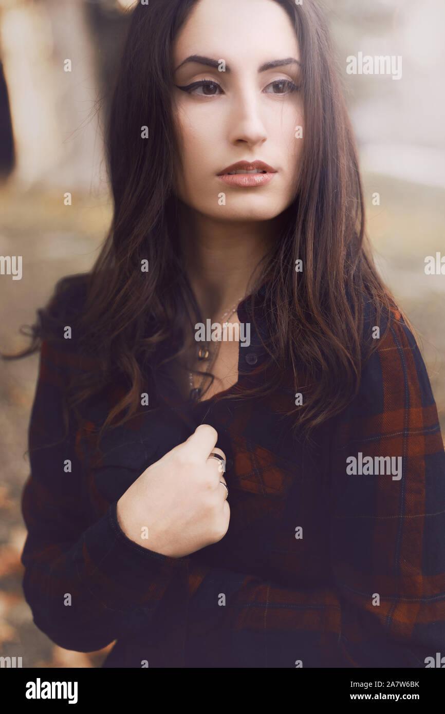 Portrait d'une belle jeune fille aux couleurs de l'automne Banque D'Images