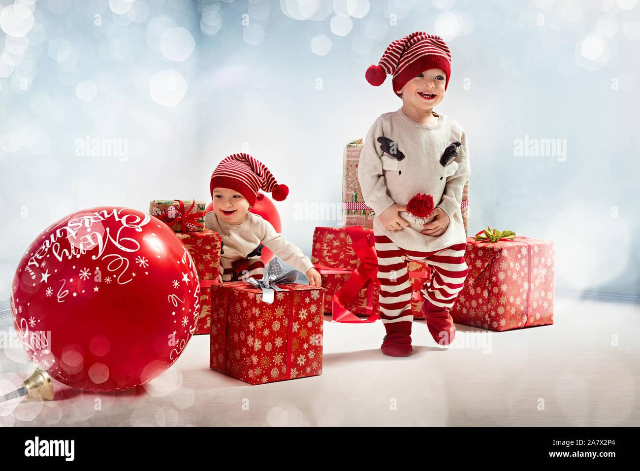 Deux frères gaie appréciant les temps de Noël Banque D'Images