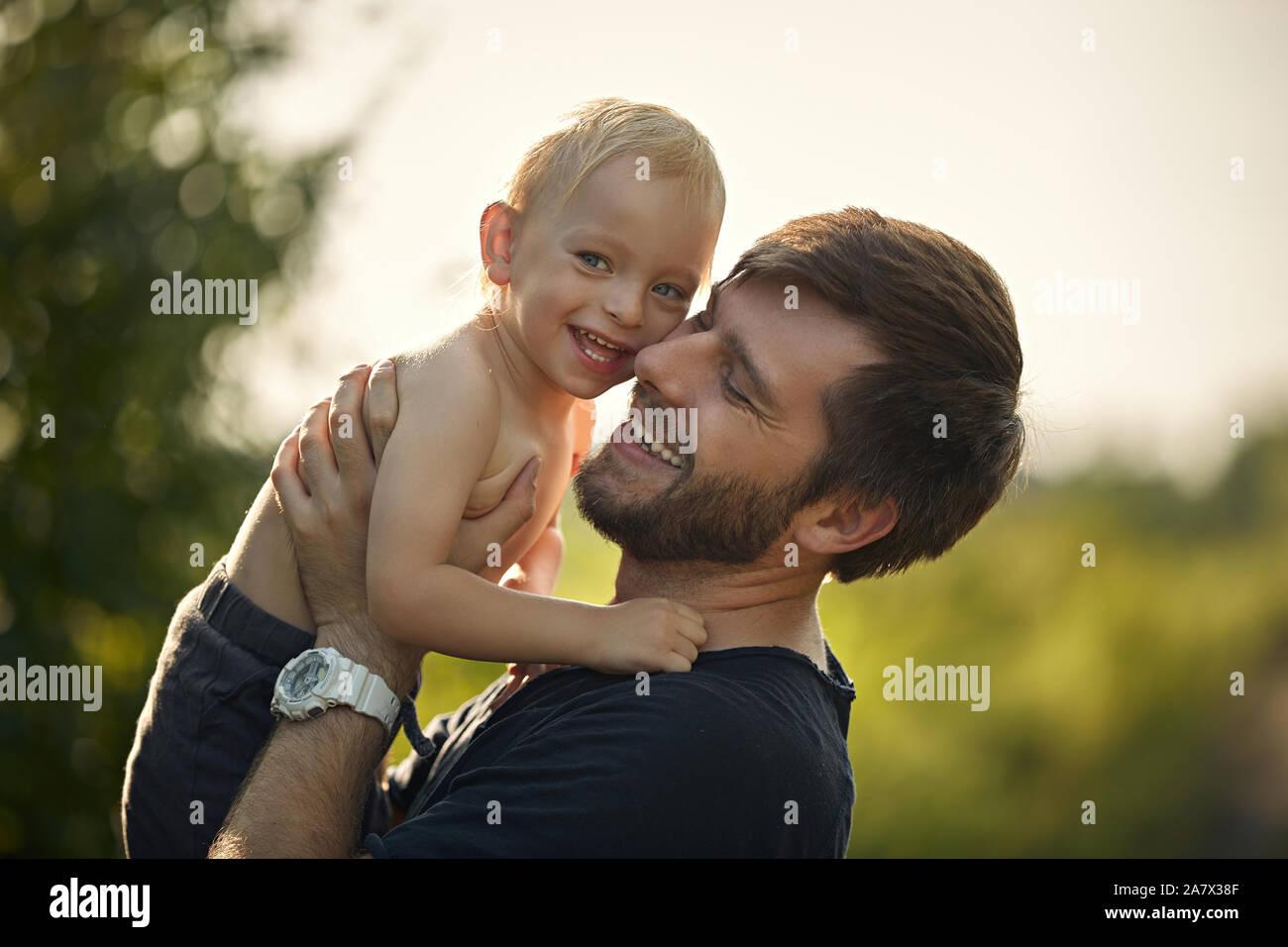 Closeup portrait of a smiling father carrying son fils bien-aimé Banque D'Images