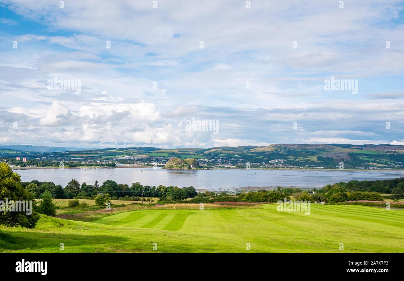 Vue sur journée ensoleillée sur Clyde River à Dumbarton Rock, Strathclyde, Écosse, Royaume-Uni Banque D'Images