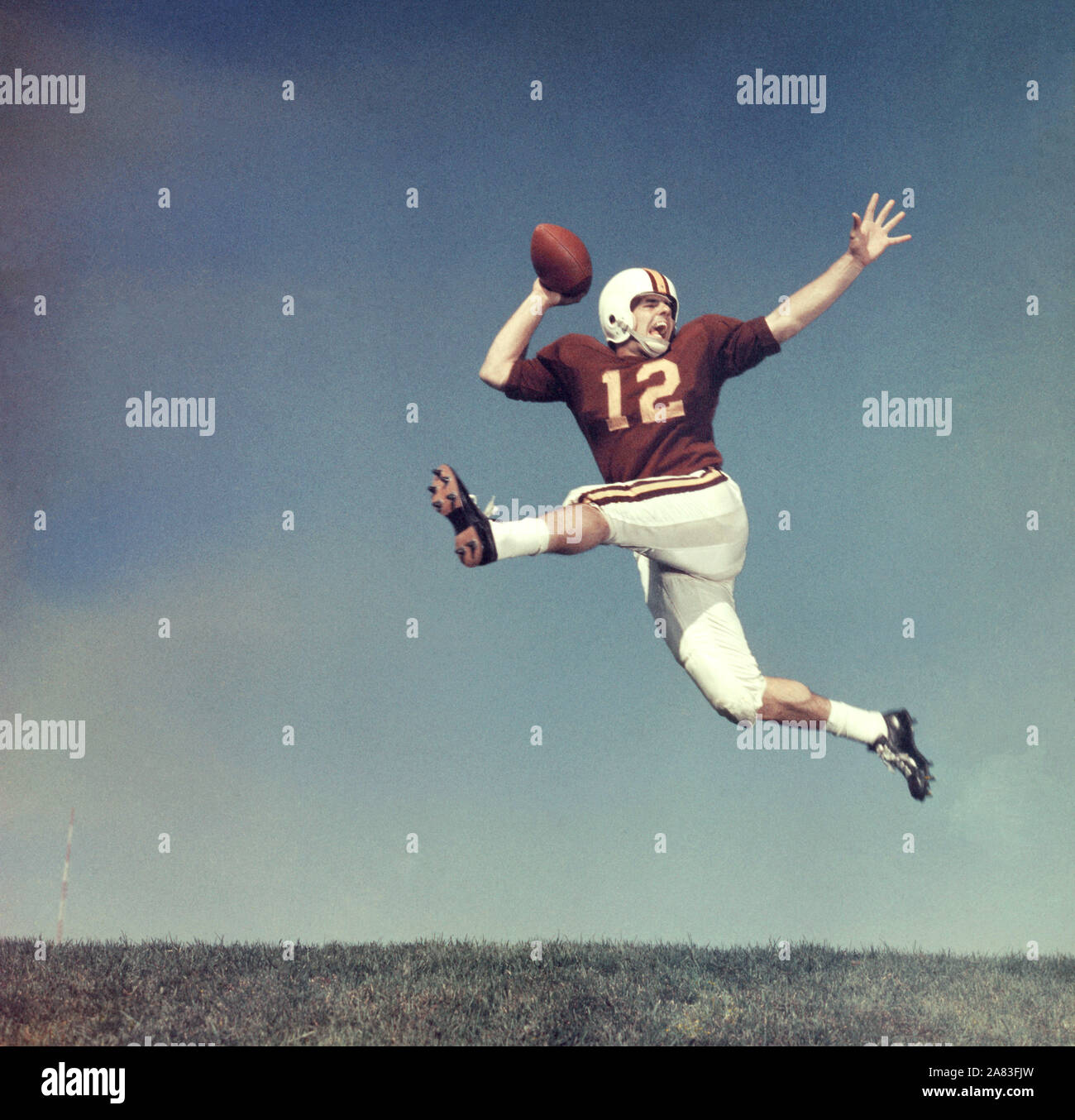 Joueurs de football américain non identifié 1950 sauter en l'air avec la balle (photo de Hy Peskin) Banque D'Images