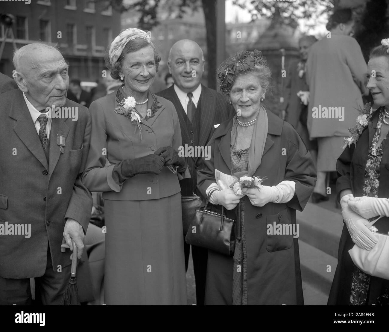 Nancy Astor, Vicomtesse Astor (à droite), un américain et la première femme à siéger à la Chambre des communes britannique, et Lord Pethick-Lawrence (à gauche), qui a souffert l'emprisonnement pour le soutien du droit de vote pour les femmes, avec la comtesse Mountbatten et Lord Kilmuir, Lord Chancelier, lors de l'inauguration d'un mémorial à Dame Sylvain Pankhurst à Victoria Tower Gardens à côté de la Chambre des Lords, à Londres. Banque D'Images