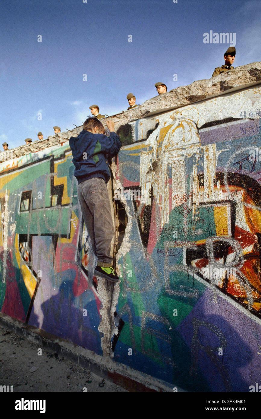 L'Allemagne, Berlin Est, 09 novembre 1989 - GDR border forces sur le mur de Berlin, la chute du mur de Berlin Photo © Antonello Nusca/Sintesi/Alamy Stock Banque D'Images