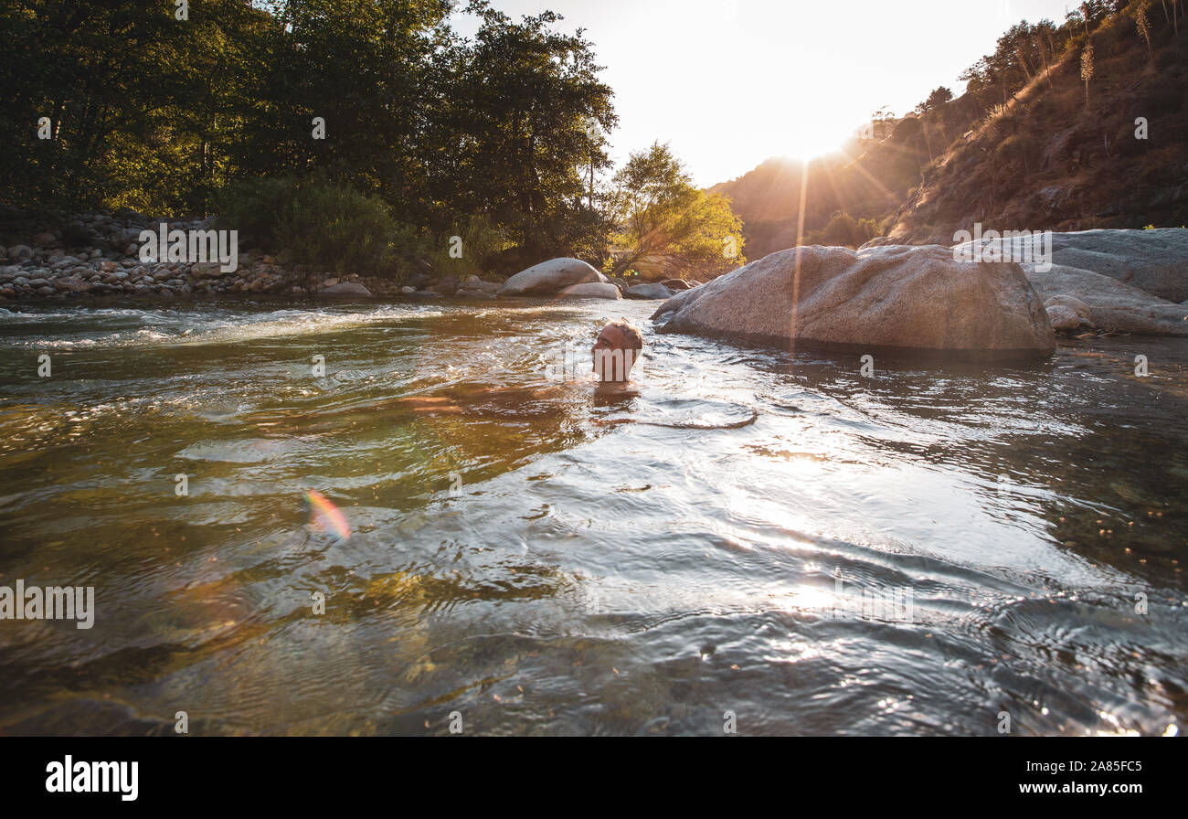 L'homme se détendre dans la Middle Fork Kaweah River Banque D'Images