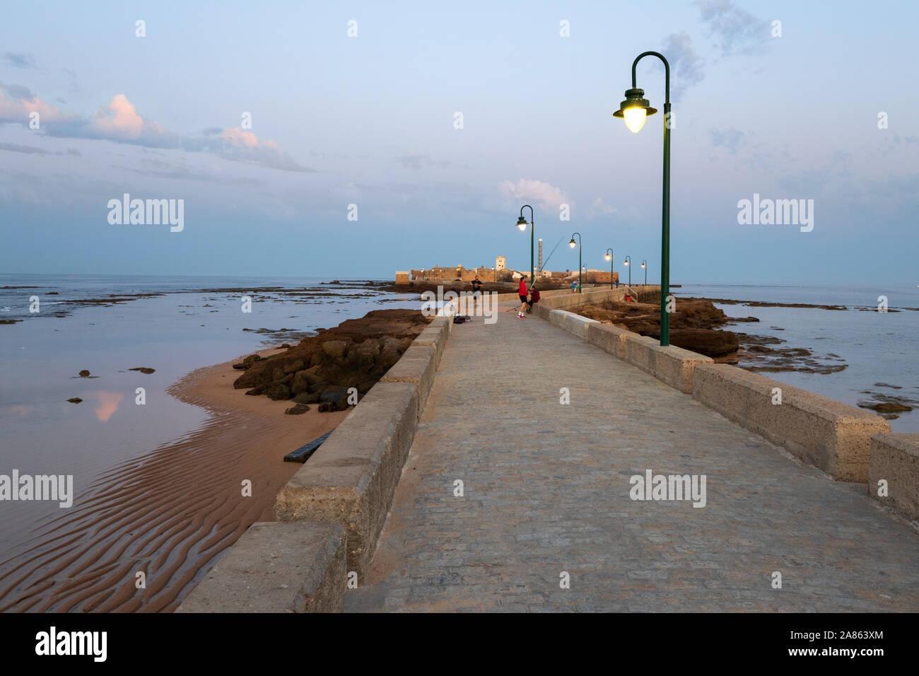 Avenida Fernando Quinones conduisant au Castillo de San Sebastian à marée basse en début de matinée, Cadix, Andalousie, Espagne, Europe Banque D'Images