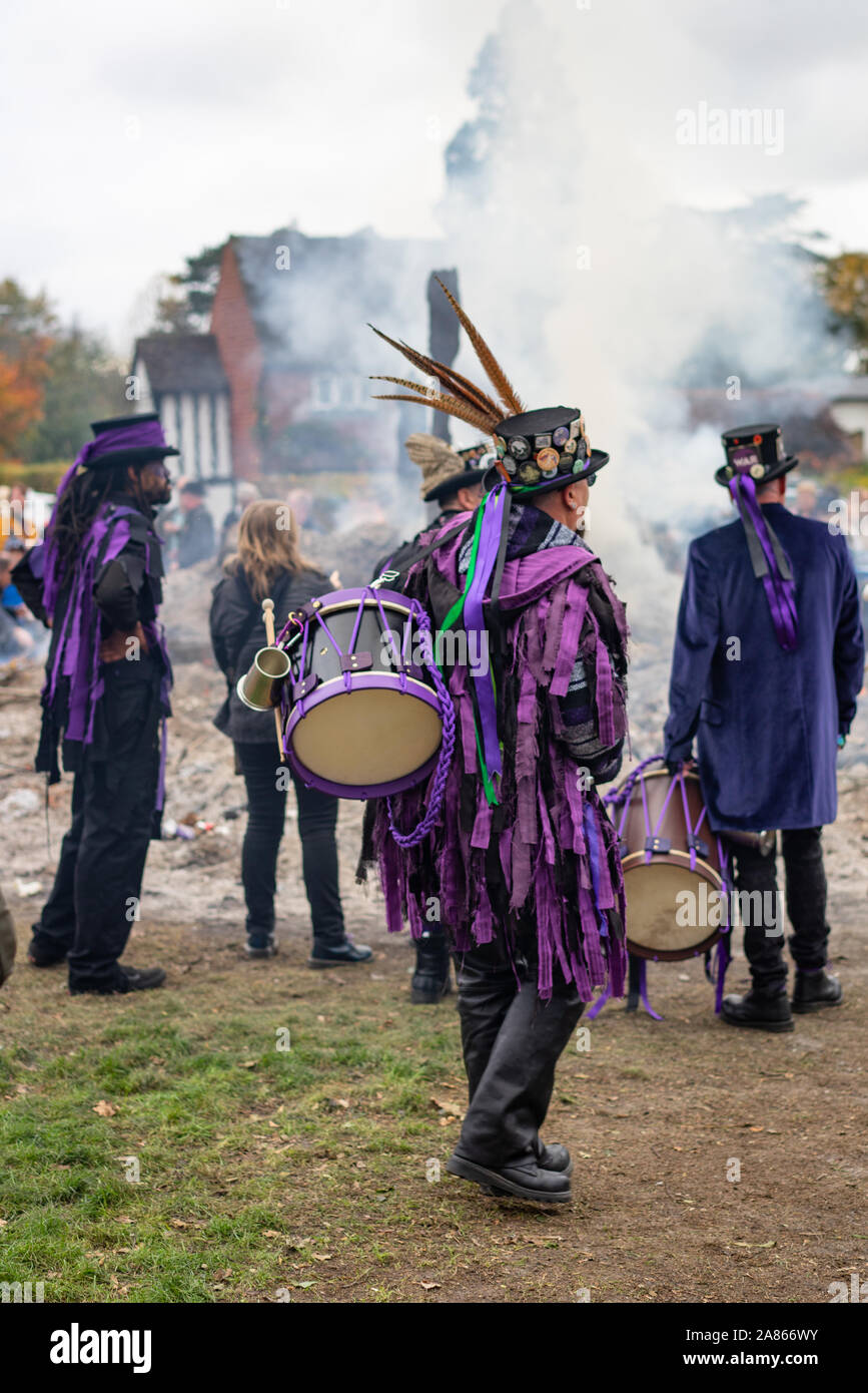 Danse traditionnelle à Headley en Angleterre. L'incendie du bois représente la fin de la saison de danse où les bâtons sont jetés je Banque D'Images