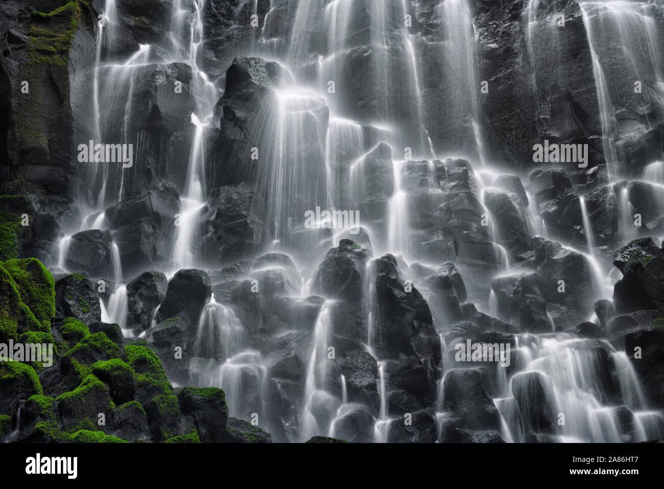 Un voile d'eau se déverse sur Oregon's Ramona Falls et le couvert de mousse dans les orgues basaltiques de Mt Hood Wilderness et le long de la Pacific Crest Trail. Banque D'Images