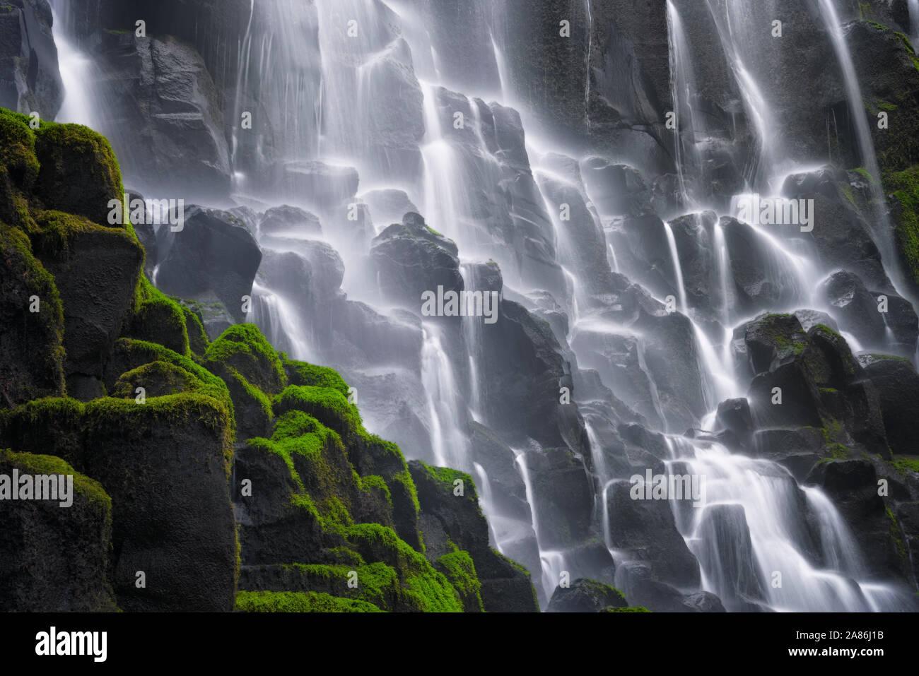 Oregon's Ramona Falls se déverse sur le couvert de mousse dans les orgues basaltiques Mount Hood Wilderness et le long de la Pacific Crest Trail. Banque D'Images