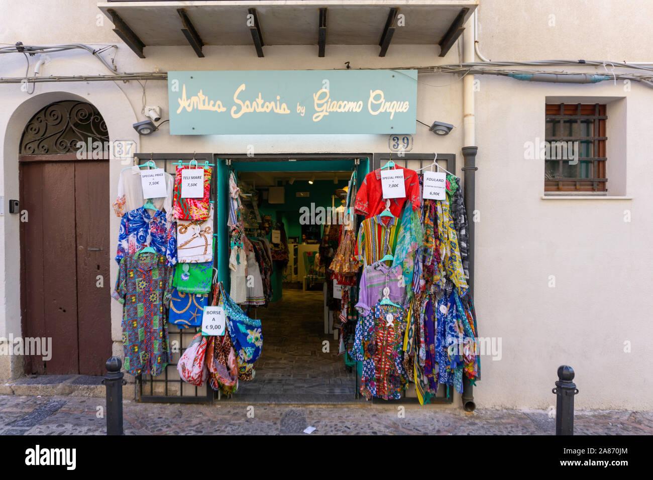 Une succursale de la boutique Antica Sartoria par Giacomo Cinque, un magasin de vêtements de Cefalù, l'un des nombreux magasins intéressants parmi les petites rues de Cefalú. Banque D'Images