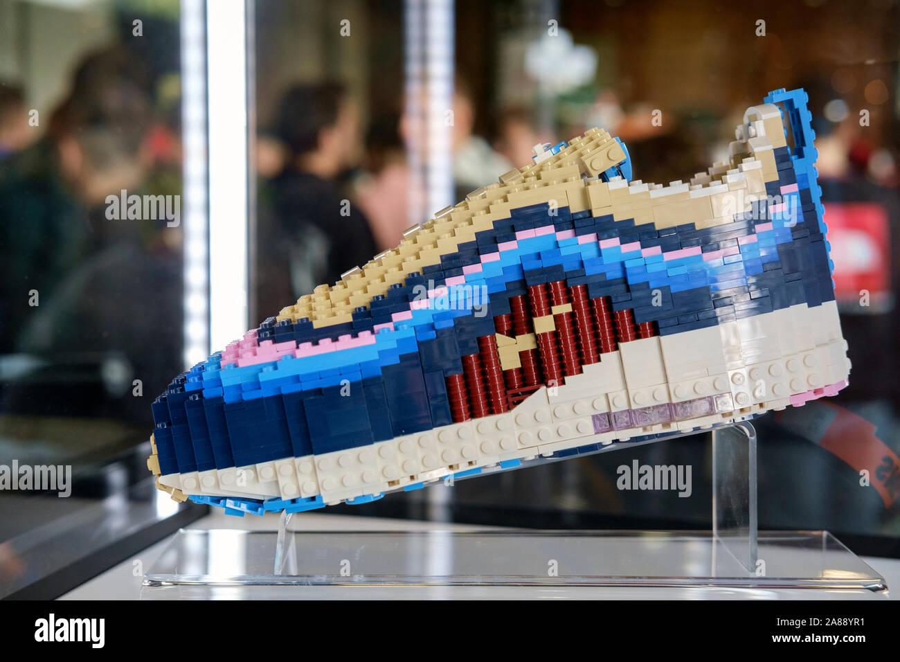 Nike chaussures iconique avec pièces en plastique Lego exposée au ...