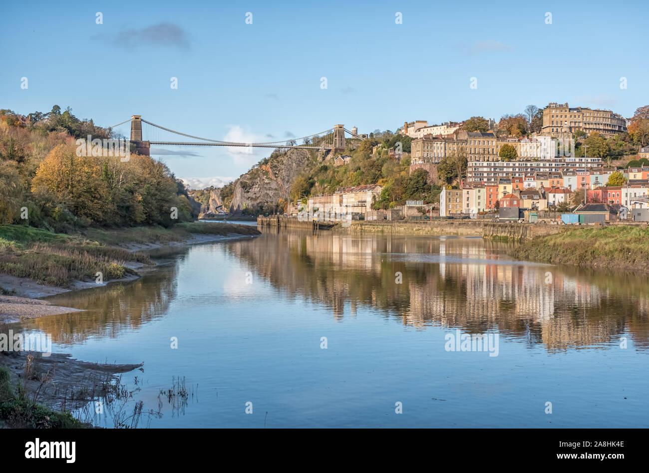 Le pont suspendu de Clifton, l'Avon Gorge de condensats chauds et à au nord de l'Leigh Woods côté de la rivière Avon sur une Soirée ensoleillée, Bristol, Royaume-Uni Banque D'Images