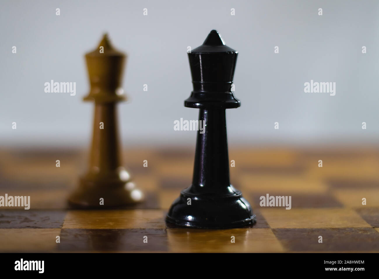 Pièces d'échecs sur un échiquier. Le concept de stratégie. Le pouvoir. La bataille. Banque D'Images