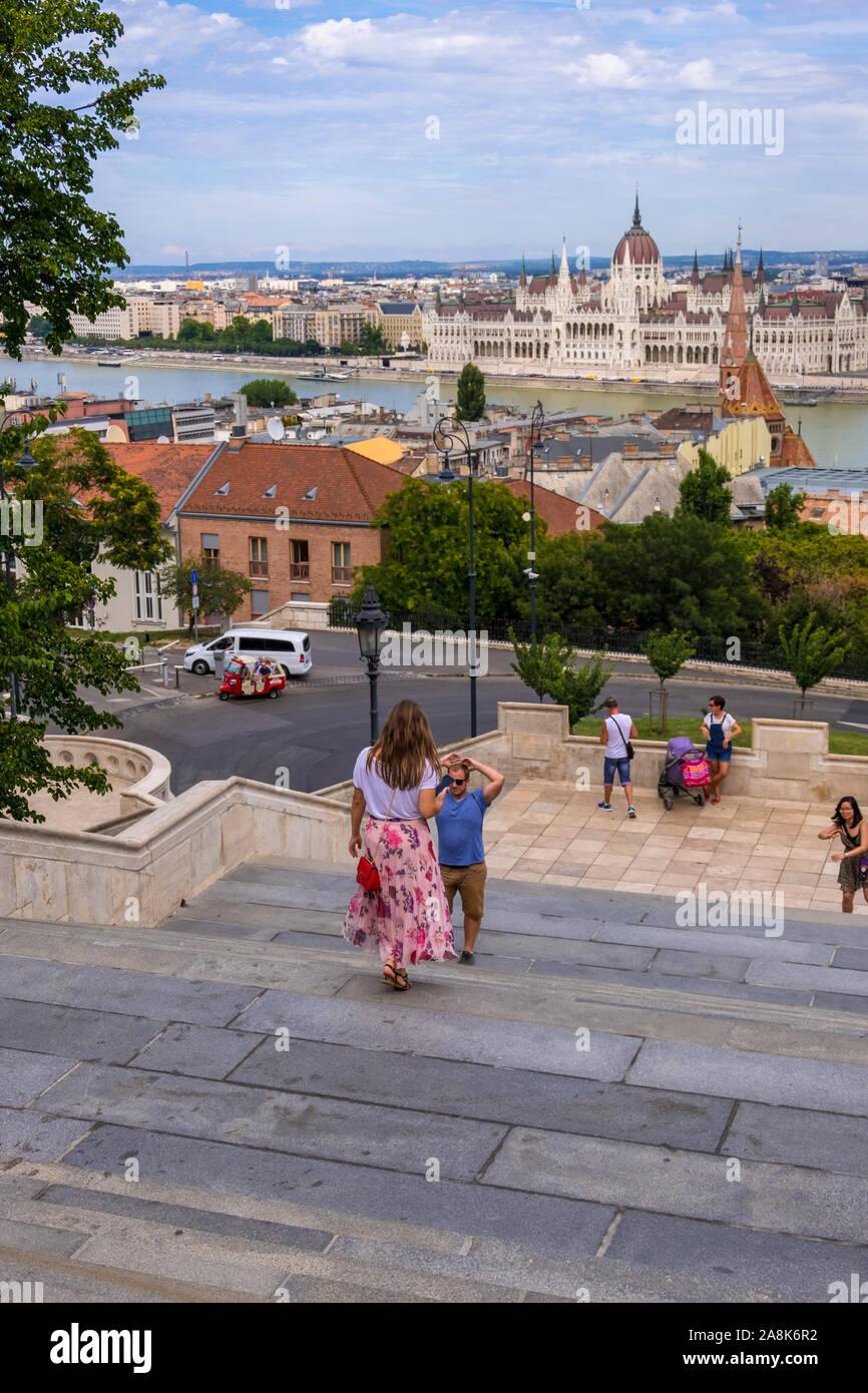 Budapest, Hongrie - le 8 août 2019: voir avec le célèbre bâtiment du Parlement européen à partir de la bastion des pêcheurs sur la colline du Château Banque D'Images